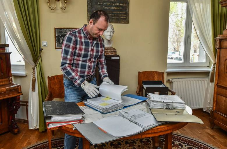 Materiały ofiarowane Muzeum Dyplomacji i Uchodźstwa Polskiego UKW przez Radosława Sikorskiego będą teraz zinwentaryzowane. To, m.in., ponad 4 metry bieżących akt. Na zdjęciu część z nich prezentuje dr Sławomir Łaniecki.