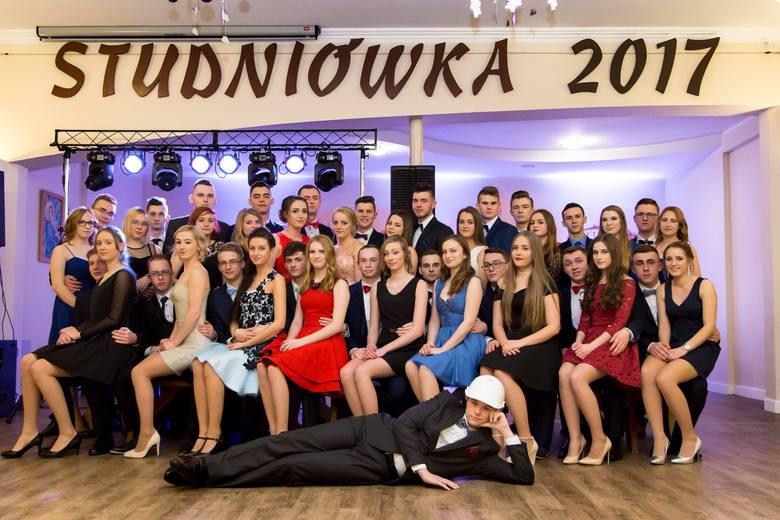 Uczniowie Zespołu Szkół Zawodowych w Oleśnie bawili się na balu maturalnym 21 stycznia w restauracji U Wąsińskich w Oleśnie.