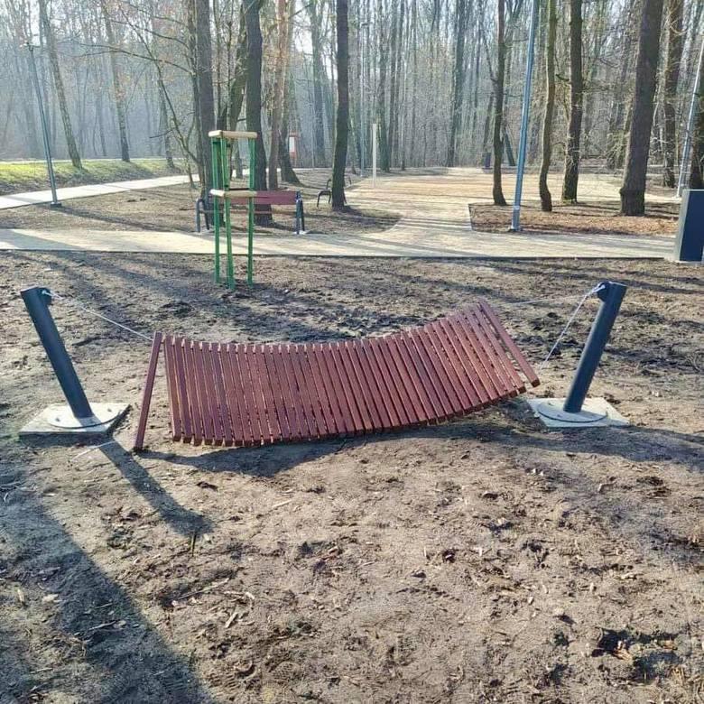 W Parku Podlesie w Dąbrowie Górniczej zniszczono nowe drewniane hamaki. Nie wiadomo jeszcze czy byli to wandale czy zostały źle zamocowane. Zobacz kolejne