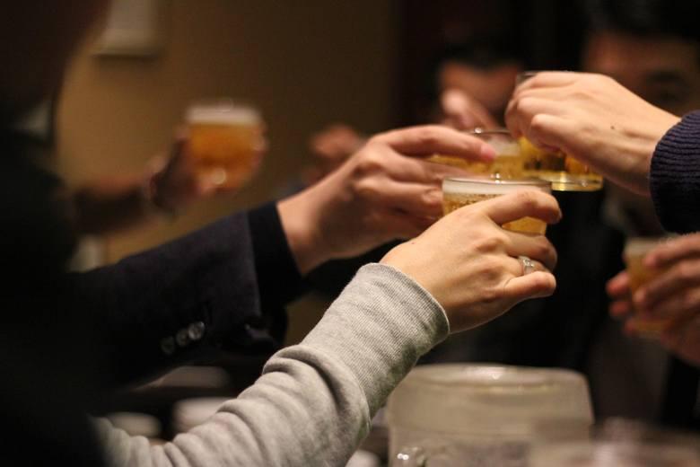 """Tak zwane """"happy hours"""", czyli specjalne, zniżkowe oferty knajp i restauracji w określonych godzinach, mają w Polsce swoich zwolenników - jest ich około"""