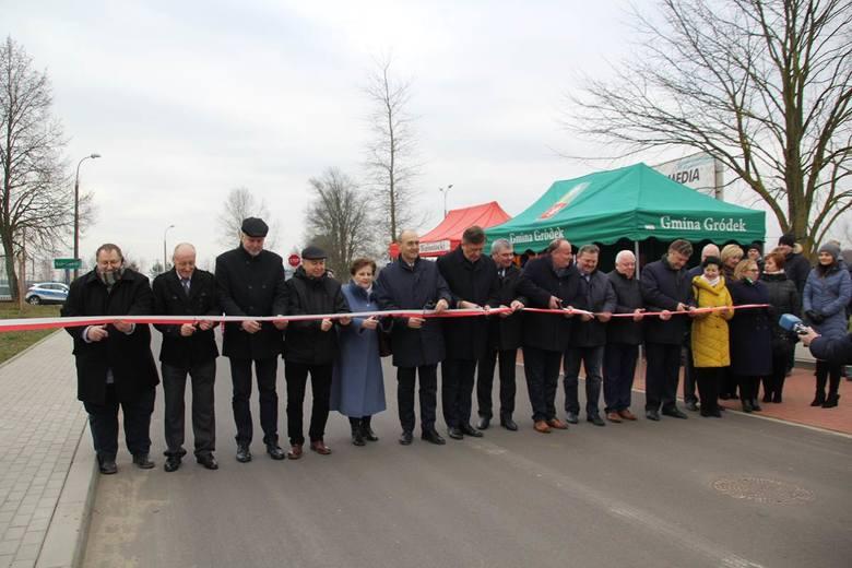 Odcinek od zjazdu z krajowej drogi nr 65 w Bobrownikach w kierunku Łużan został oficjalnie oddany do użytku. Asfaltowa nawierzchnia cieszy mieszkańców.