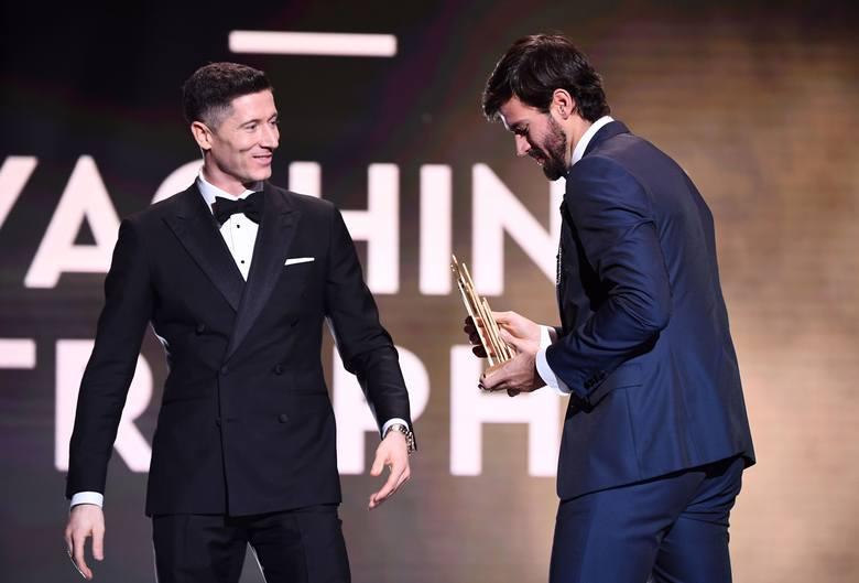 Robert Lewandowski wręczał nagrodę dla najlepszego bramkarza ostatnich dwunastu miesięcy. Statuetkę z rąk polskiego napastnika otrzymał bramkarz Liverpoolu