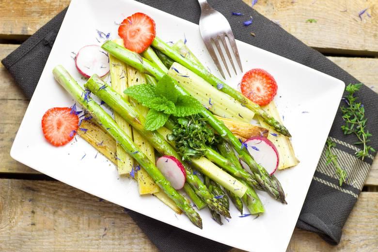 Składniki:> 1 pęczek zielonych szparagów> 1 cukinia> 1 cytryna> 2 łyżki oliwy> 1 łyżeczka ziaren czarnego pieprzuPrzepis:1.