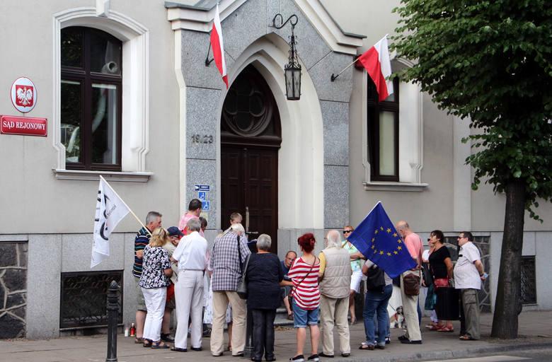 """W Grudziądzu - podobnie jak w kilku innych miastach naszego województwa - działacze KOD zorganizowali w poniedziałek  akcję """"Bronimy niezależnych sądów""""."""