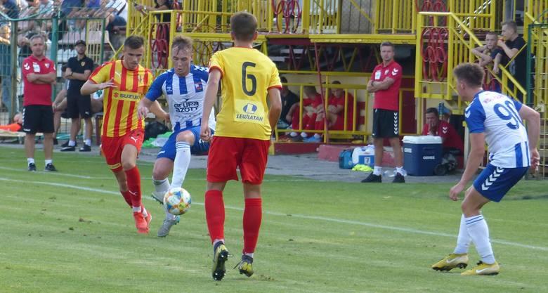W rozegranym w środę trzecioligowym meczu Korona II Kielce przegrała u siebie z Wisłą Puławy 0:1 (0:1). Zwycięską bramkę pięknym strzałem w okienko zdobył