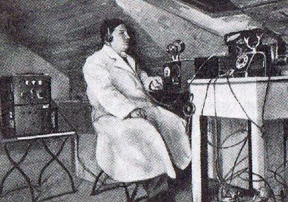 Rudolf Formis przy swoim zestawie radiowym