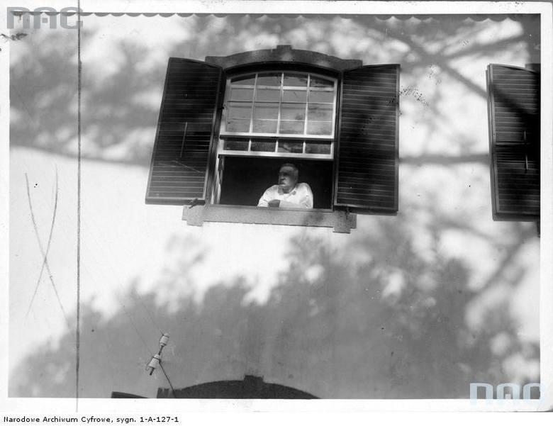 """Józef Piłsudski w oknie willi """"Bettencourt""""."""