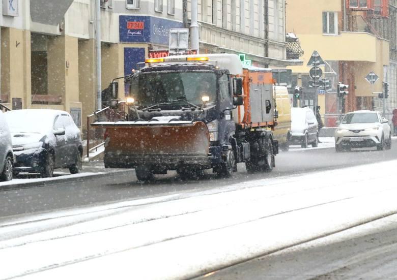 Opady śniegu spowodowały ogromne utrudnienia na drogach. Na drogach w województwie może być ślisko - zwłaszcza na tych lokalnych i osiedlowych. Zobacz