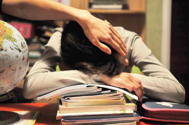 Lekcji w szkołach jest tyle, ile wskazuje na to obowiązująca siatka godzin. Najdłużej na zajęciach muszą przebywać uczniowie klas 7 i 8. I właśnie ich