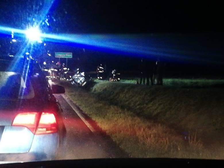 W poniedziałek wieczorem doszło do wypadku w miejscowości Chłopska Kępa w powiecie koszalińskim. Auto osobowe wypadło z drogi i dachowało w przydrożnym