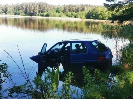 Samochód wpadł do jeziora Małe Świdno koło Sianowa. Trwa akcja poszukiwawcza [ZDJĘCIA]