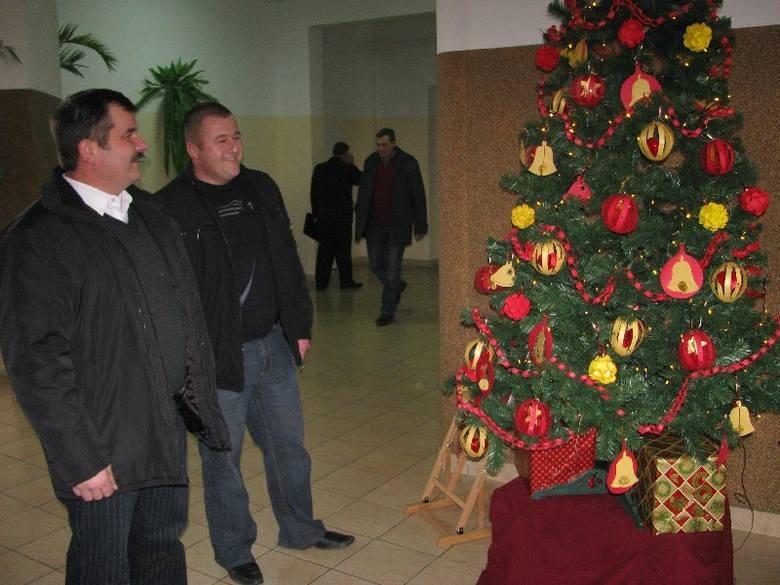 Ozdoby, wykonane przez uczniów, docenili też sołtysi, którzy do Urzędu Gminy w Rząśniku przybyli na sesję Rady Gminy