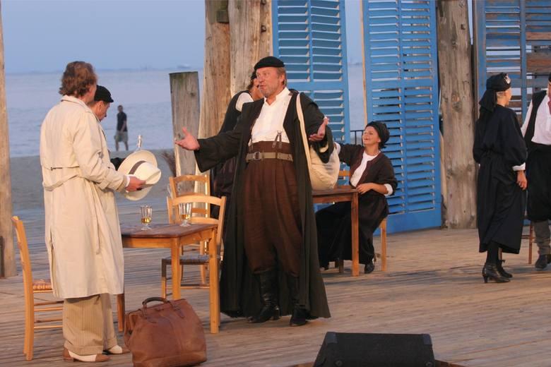 """""""Grek Zorba"""" (w tytułowej roli Dariusz Siastacz). Na scenie słoneczny Pireus, portowa tawerna. Premiera 14 lipca  2006"""