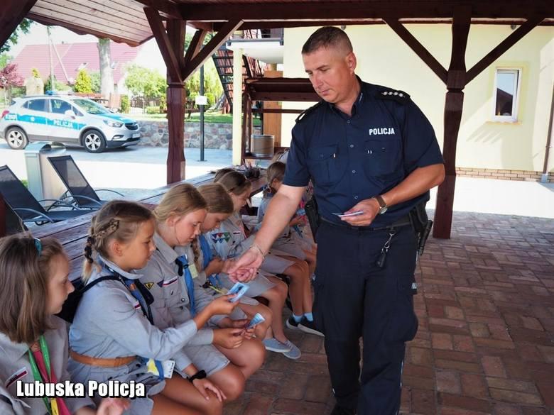 W czwartek (25 lipca) mundurowi oraz pracownicy kuratorium oświaty odwiedzili kolonię zuchową w Ownicach oraz obóz harcerski nad jeziorem Głęboczek.