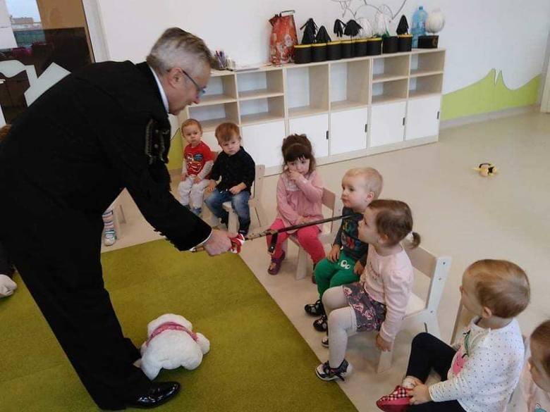 """Dzieci ze żłobka i przedszkola u Cioci Kloci odwiedził górnik Norbert Hadelka. Opowiadał dzieciom o legendarnym skarbniku. Przedstawił też wiersz """"Okulary"""""""