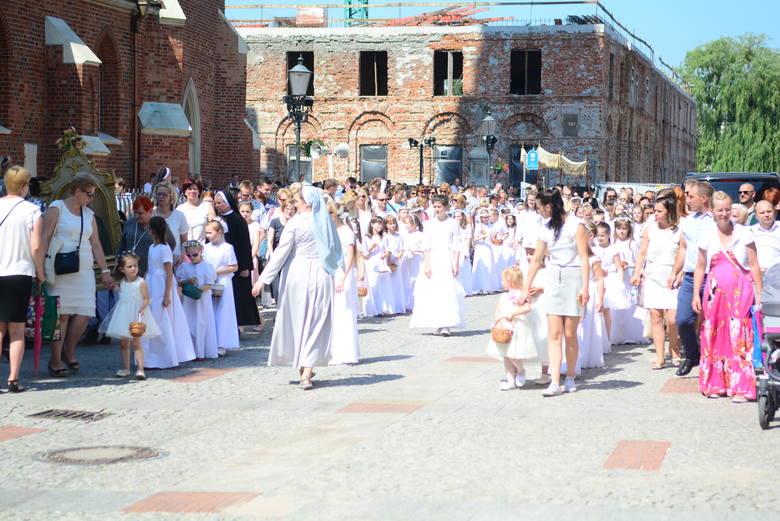 W tym dniu katolicy publicznie wyznają wiarę w obecność Jezusa Chrystusa w Najświętszym Sakramencie. W procesjach uczestniczyły całe rodziny.