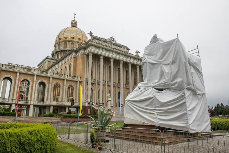 """Pomnik księdza Makulskiego (po lewej) został zasłonięty przez księży Marianów w nocy z poniedziałku na wtorek, po emisji filmu """"Tylko nie mów nikomu""""."""