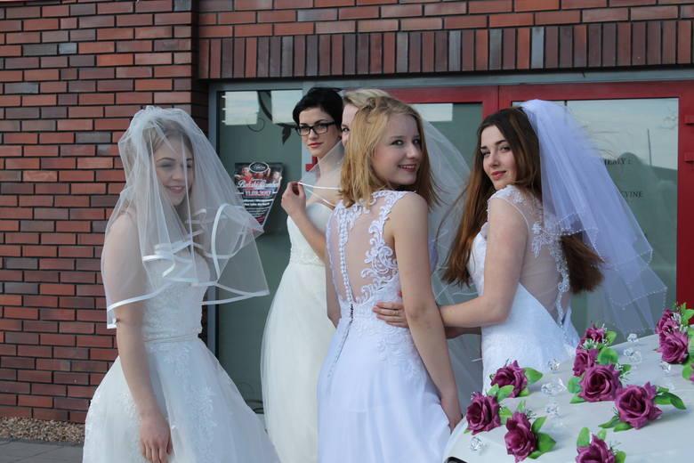 Restauracja Rubinowa była organizatorem niedzielnych targów ślubnych. Dla gości przygotowano atrakcyjną i kompletną ofertę. Uroku imprezie dodały piękne