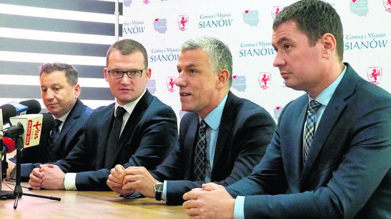- Jestem szczęśliwy - oznajmił burmistrz Sianowa Maciej Berlicki (drugi od prawej) po tym, gdy wiceminister Paweł Szefernaker ogłosił, że w Gorzebądzu