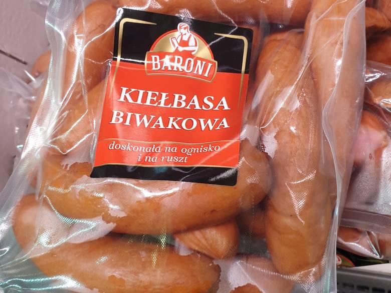 """""""Kiełbasa biwakowa""""  firmy Baroni kosztuje zaledwie 9,90 zł za kilogram. Na etykiecie jest napis: doskonała  na ognisko i na ruszt,"""