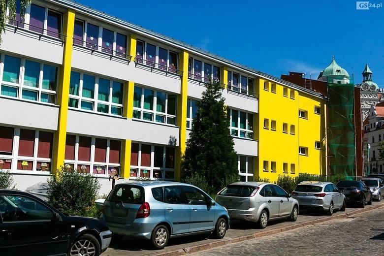 Jaskrawa żółć zniknęła z elewacji Szkoły Podstawowej nr 63 przy ul. Grodzkiej w Szczecinie. Jak Wam się podoba zmiana?