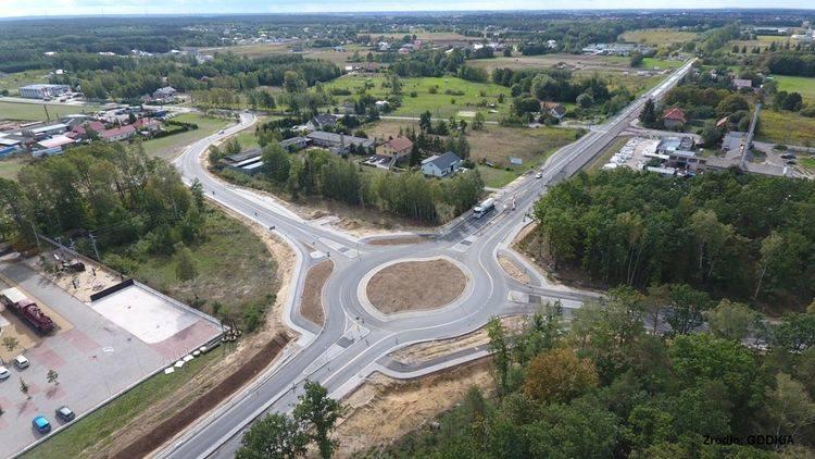 Przed wjazdem na węzeł Bydgoszcz Północ zbudowane zostało rondo turbinowe łączące ważną trasę z drogą wojewódzką na Żołędowo oraz z trasą powiatową w
