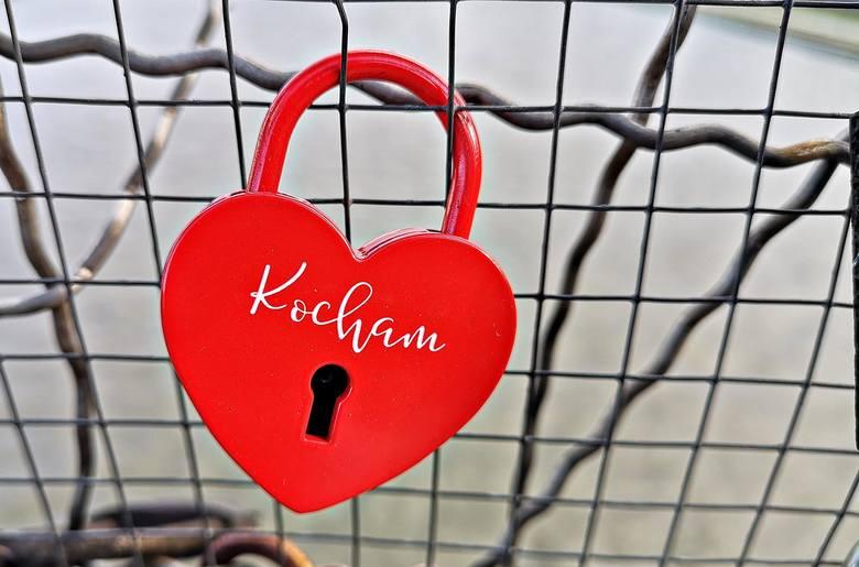 Walentynki 2020. Kładka Bernatka i tysiące wiszących kłódek na znak miłości [ZDJĘCIA]