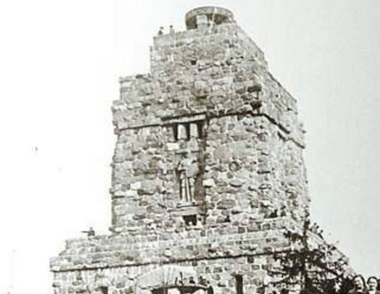 Wieża Bismarcka - widać taras widokowy i misę znicza na szczycie
