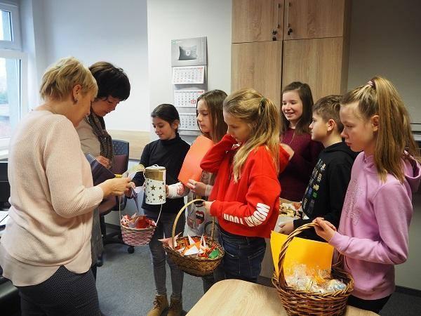 Z ciastami, papierowymi żurawiami i puszką na datki uczniowie przyszli w ubiegły piątek do Urzędu Gminy w Czerwonaku