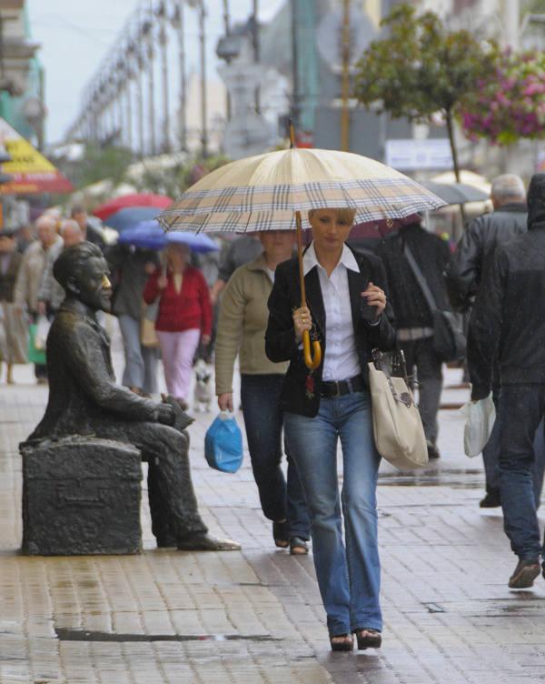 Ci, którzy zdecydowali się wyjść przed południem z domu, zabierali z sobą obowiązkowo parasol.