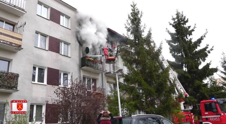 Pożar w bloku w Kraśniku. Cztery osoby trafiły do szpitala, dwa psy nie przeżyły. Zobacz wideo
