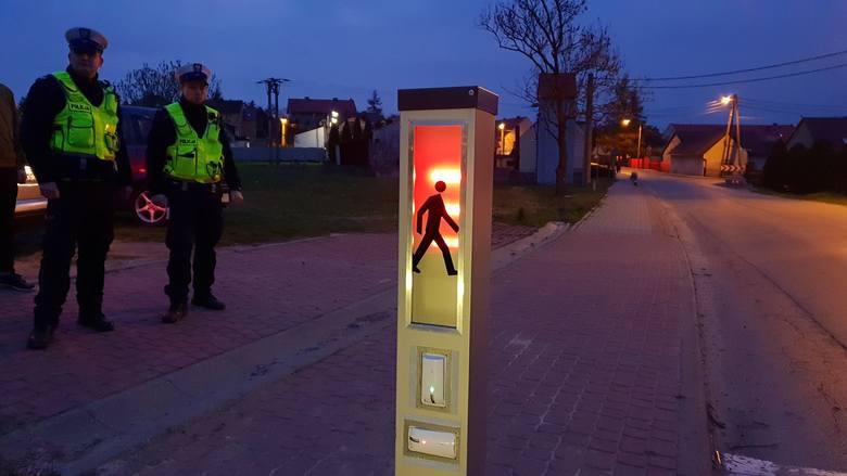 """W Jaryszowie stanęło inteligentne przejście dla pieszych """"Safepass"""". Skonstruował je Łukasz Michalski, uczeń technikum ze Strzelec Opolski"""