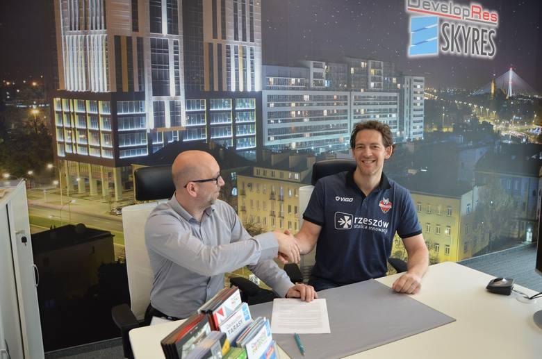 Stephane Antiga podpisał dziś kontrakt z Developresem. Francuz poprowadzi drużynę siatkarek z Rzeszowa w nadchodzącym sezonie.CZYTAJ WIĘCEJ: Stephane