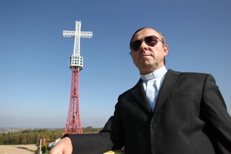 Ks. Wojciech Styczyński zaplanował i wybudował niezwykły, pełen symboliki krzyż w Ropczycach.