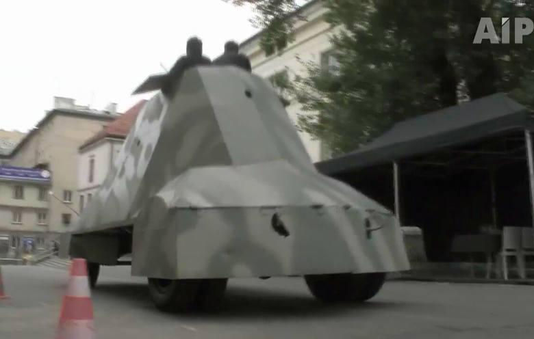 """Samochód pancerny """"Kubuś"""" znowu jeździ (wideo)"""