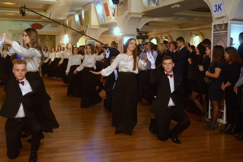 Maturzyści V Liceum Ogólnokształcącego przez całą noc tańczyli na parkiecie w Cyganerii w Skaryszewie. Kilka wielkich sal doskonale mieściło bawiących