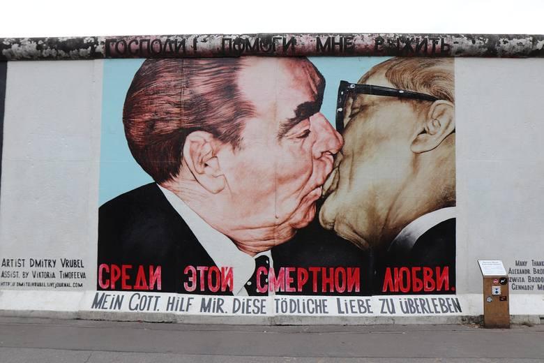Całowanie w usta na powitanie może być dziwne, jeśli robią to mężczyźni. Na Wschodzie Europy taki gest nie wywołuje zgorszenia.