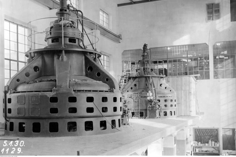Elektrownia Krajowa Gródek, zakład wodno-elektryczny w Żurze - widok na dwie turbiny elektryczne. Zdjęcie z 1930 roku