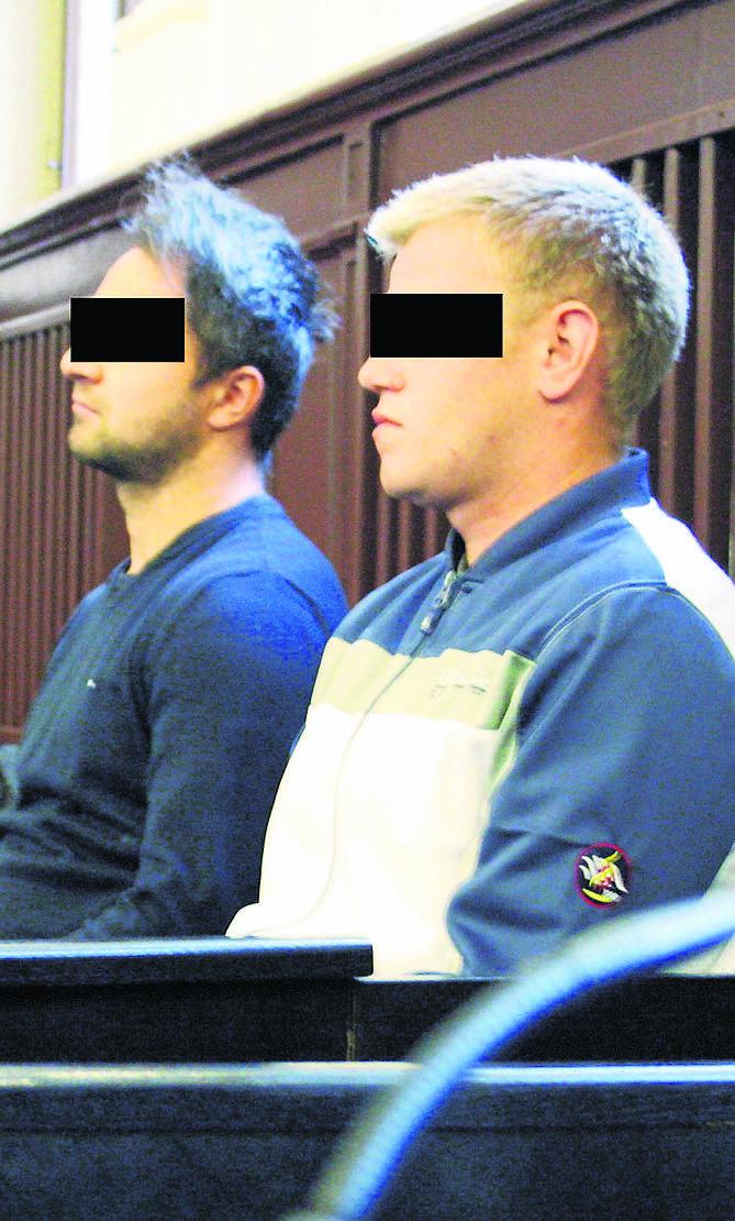 Wspólnicy Stanisław J. (z lewej) i Marcin P. (z prawej) siedzą na ławie oskarżonych Sądu Okręgowego w Nowym Sączu