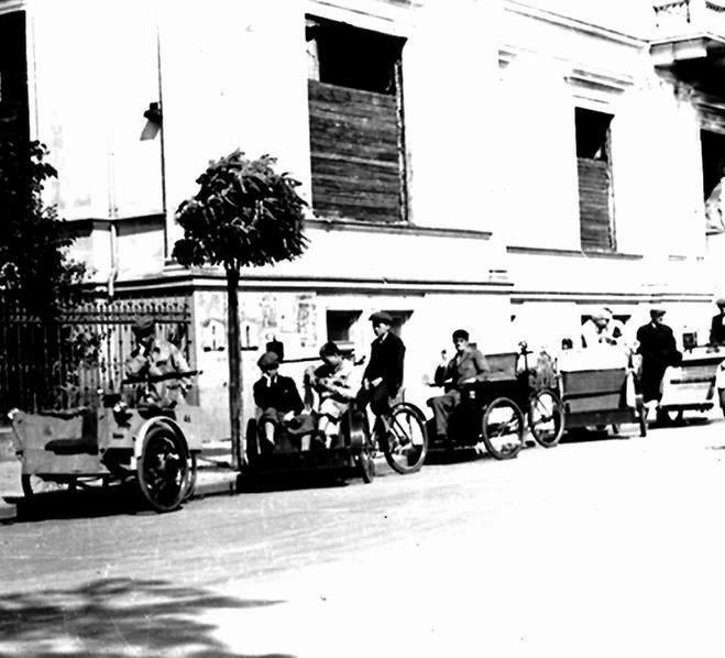 Po konfiskacie taksówek środkiem komunikacji w Warszawie stały się rowerowe ryksze. Pojawiły się wiosną 1940 roku. Prawdopodobnie Aleje Ujazdowskie