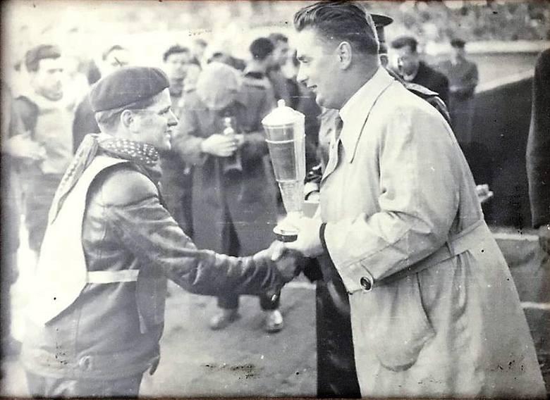 Rajmund Świtała odbiera puchar za zwycięstwo w zawodach