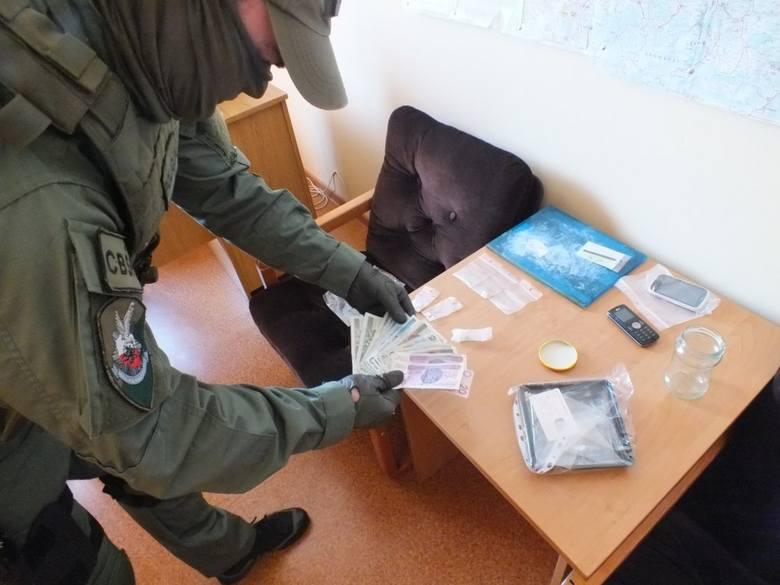 Za wprowadzanie do obrotu znacznej ilości narkotyków grozi kara nawet do 12 lat więzienia.