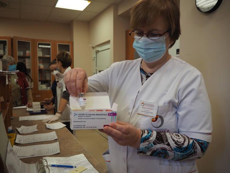 Do miejskich punktów szczepień w Łodzi znów nie dotarły o czasie szczepionki przeciw koronawirusowi. Jednak szczepienia posuwają się powoli do przodu.