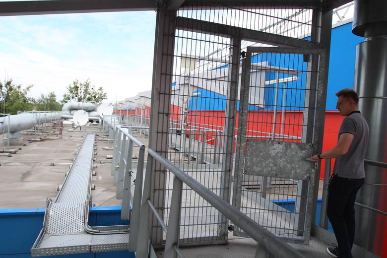 Wejście na dach części biurowej stadionu - nasz przewodnik Maciej Smolewski.
