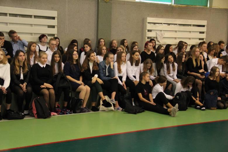 Dzień Edukacji Narodowej w III LO w Ostrołęce, 11.10.2019. Tego dnia nie mogło zabraknąć podziękowań oraz słów uznania dla pedagogów i pracowników szkoły,