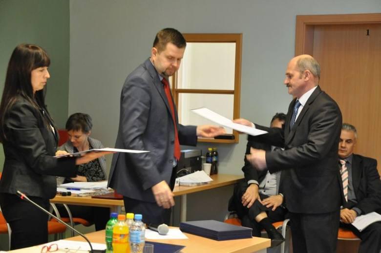 Dzisiaj na pierwszej sesji rady powiatu kluczborskiego kadencji 2014-18 zaprzysiężono  radnych. Przewodniczący Powiatowej Komisji Wyborczej Cezary Obermajer