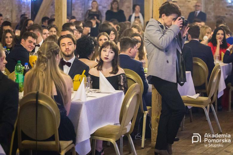 W piątek, 11 stycznia, odbył się bal studniówkowy uczniów z II LO w Słupsku. Tegoroczni maturzyści bawili się w Młynie. Zobaczcie zdjęcia i wideo. Partnerem