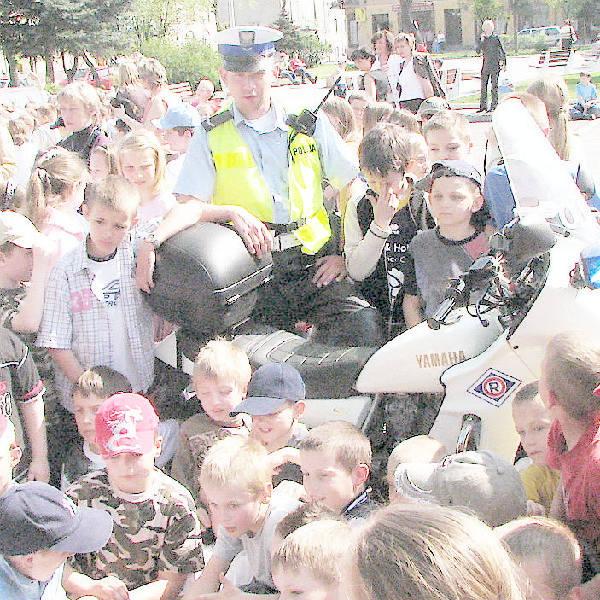 Możliwość obejrzenia policyjnego motocykla była dla przedszkolaków główną atrakcją wczorajszego apelu podsumowującego Światowy Tydzień Bezpieczeństwa