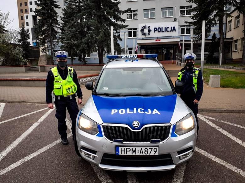 Policjanci z białostockiej drogówki pilotowali do szpitala samochód z 18-latkiem, który odciął sobie palec heblarką (1.05.2021)