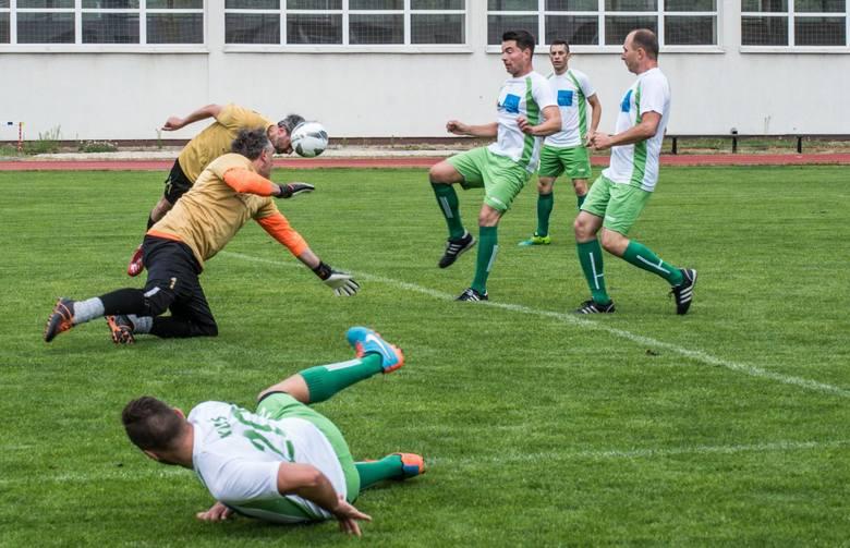 Na bocznym boisku CWZS Zawisza Bydgoszcz odbył się mecz piłkarski, w którym dziennikarze zmierzyli się z samorządowcami. Wygrali żurnaliści 4:2, ale